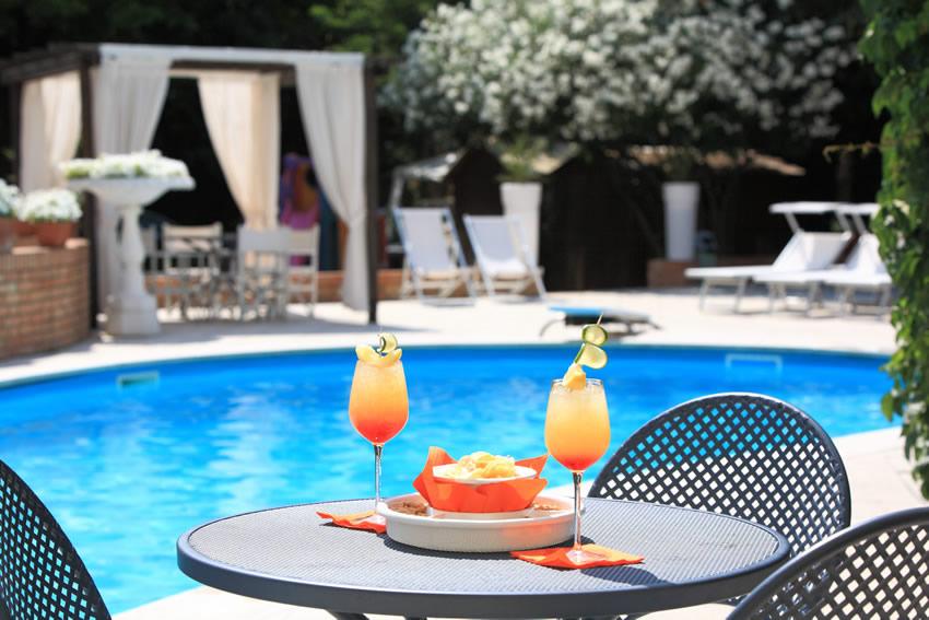Consigli per progettare il giardino con piscina beautypool - Giardino con piscina ...