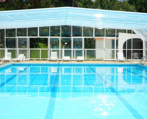 piscina con copertura telescopica