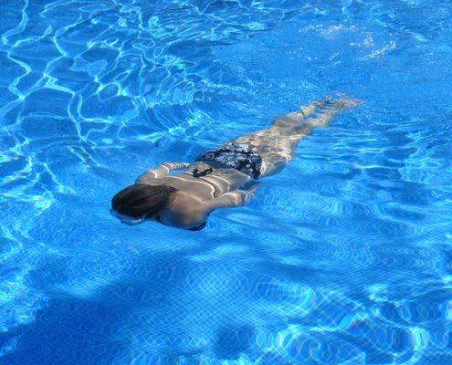 ragazza che nuota in piscina