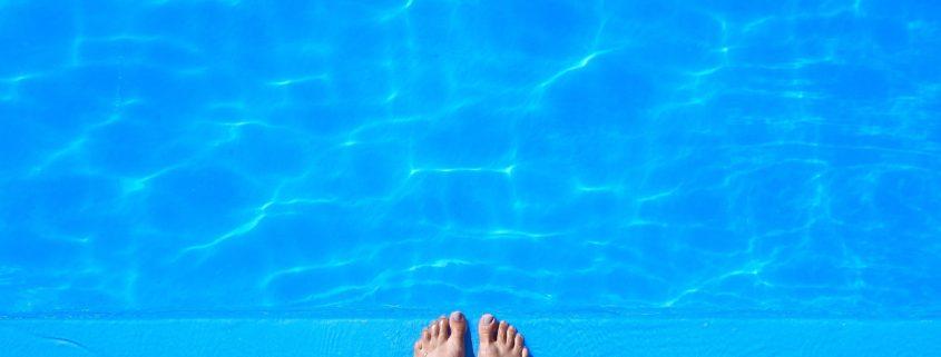 piedi a bordo piscina