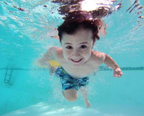bambini in piscina e sicurezza